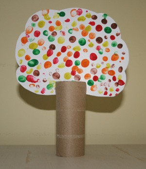 Use colourful fingerprints to decorate the tree